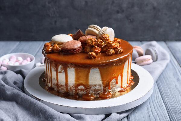 caramel cake with macarons